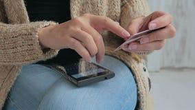 Kvinna som direktanslutet shoppar på smartphonen med kreditkorten Royaltyfria Foton