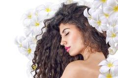 Kvinna som drömmer med blommor Arkivfoton