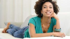 Kvinna som drömmer på soffan lager videofilmer