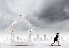 Kvinna som drar huset Arkivbild