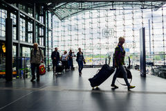 Kvinna som drar lopp på Berlin Hauptbahnhof Arkivfoto