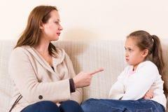 Kvinna som drar skam över den lilla dottern fotografering för bildbyråer