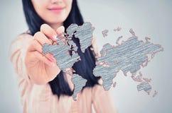 Kvinna som drar världskartan Arkivbilder