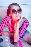 Kvinna som dricker den kalla coctailen Royaltyfria Bilder