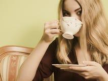 Kvinna som dricker den varma kaffedrycken koffein royaltyfri foto