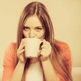 Kvinna som dricker den varma kaffedrycken koffein arkivfoton