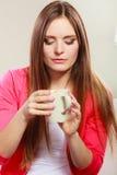 Kvinna som dricker den varma kaffedrycken koffein arkivfoto