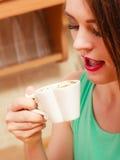 Kvinna som dricker den varma kaffedrycken koffein arkivbilder