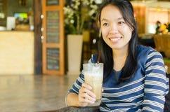 Kvinna som dricker iscappuccinokaffe Royaltyfria Foton