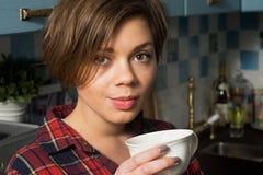 Kvinna som dricker kaffe Royaltyfria Bilder