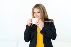 Kvinna som dricker kaffe Fotografering för Bildbyråer