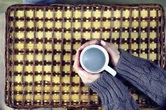 Kvinna som dricker kaffe och ser dagen för kortvalentin` s Fotografering för Bildbyråer