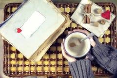 Kvinna som dricker kaffe och ser dagen för kortvalentin` s Arkivfoto