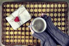 Kvinna som dricker kaffe och ser dagen för kortvalentin` s Royaltyfri Bild