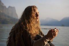 Kvinna som dricker kaffeotta fotografering för bildbyråer
