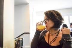 Kvinna som dricker mimosan Royaltyfri Bild