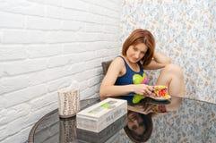 Kvinna som dricker te Royaltyfri Bild