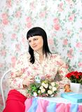 Kvinna som dricker te i en sjaskig chic sitle Royaltyfri Fotografi