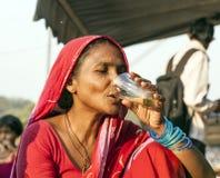 Kvinna som dricker te på Meena Bazaar Arkivbild
