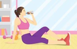 Kvinna som dricker vasslaprotein från flaskan på idrottshallen royaltyfri illustrationer