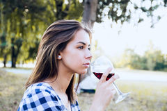 Kvinna som dricker vin och tänker om framtid Arkivbild