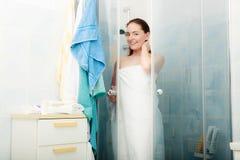 Kvinna som duschar i duschkabinsovalkov Arkivbilder
