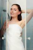 Kvinna som duschar i duschkabinsovalkov Royaltyfri Foto