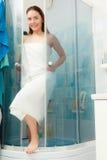 Kvinna som duschar i duschkabinsovalkov Royaltyfri Bild
