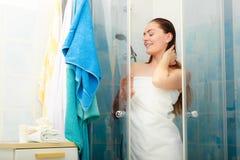 Kvinna som duschar i duschkabinsovalkov Fotografering för Bildbyråer