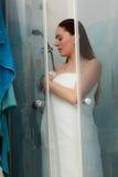 Kvinna som duschar i duschkabinsovalkov Royaltyfri Fotografi