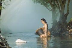 Kvinna som duschar i naturliga strömmar Arkivbilder