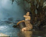 Kvinna som duschar i naturliga strömmar Arkivfoto