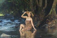 Kvinna som duschar i naturliga strömmar Royaltyfria Bilder