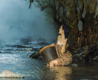 Kvinna som duschar i naturliga strömmar Royaltyfri Fotografi