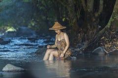 Kvinna som duschar i naturliga strömmar Arkivfoton
