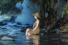 Kvinna som duschar i naturliga strömmar Royaltyfri Foto