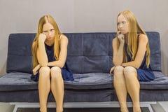 Kvinna som erfar ilskna sinnesrörelser och att utvärdera deras sinnesrörelser från sidan Emotionellt intelligensbegrepp arkivbilder