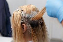 Kvinna som färgar hår royaltyfria bilder