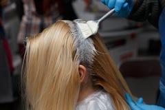 Kvinna som färgar hår arkivfoto