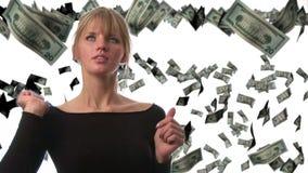 Kvinna som fångar dollar arkivfilmer