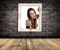 Kvinna som fångas i ram Fotografering för Bildbyråer
