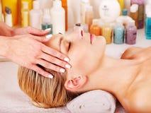 Kvinna som får ansikts- massage. Arkivfoton