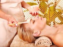 Kvinna som får ansikts- massage. Arkivbilder
