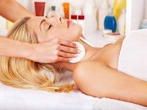 Kvinna som får ansikts- massage. Royaltyfri Fotografi