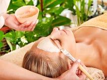 Kvinna som får ansikts- massage. Royaltyfria Bilder
