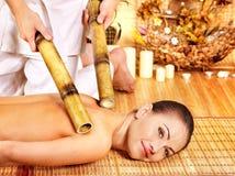 Kvinna som får bambumassage. Arkivfoton