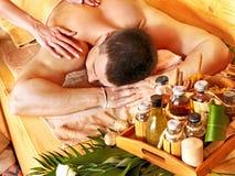 Kvinna som får bambumassage. Royaltyfri Fotografi