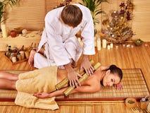 Kvinna som får bambumassage Royaltyfri Fotografi
