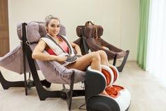 Kvinna som får benmassage på skönhetsalongen arkivfoto