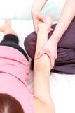 Kvinna som får chiropractic Royaltyfria Bilder